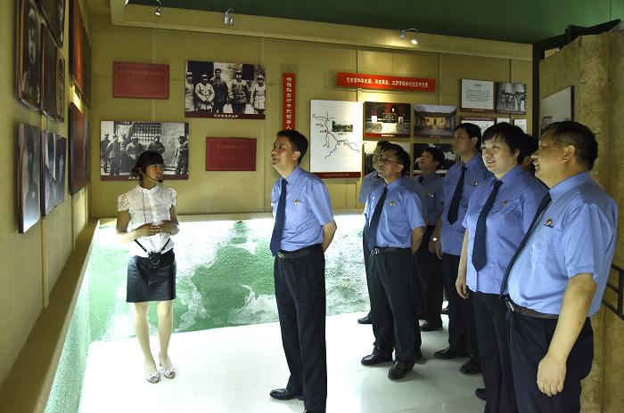 2接受革命传统教育.JPG