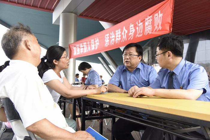 检察机关在市区设点开展举报宣传活动.JPG